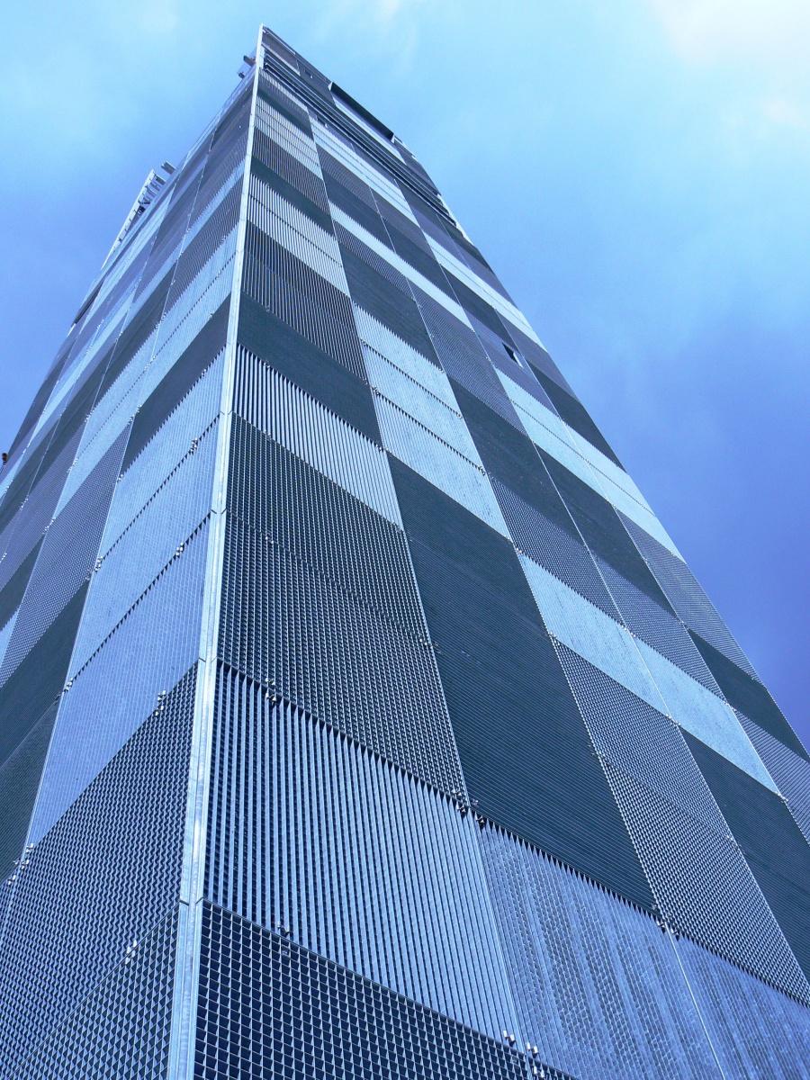 Pentru a atrage atentia asupra unei cladiri banale, multi arhitecti si ingineri opteaza pentru utilizarea gratarelor metalice ca element de fatada